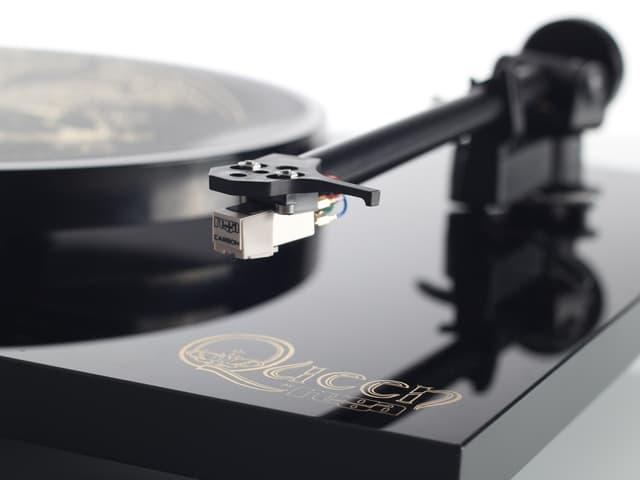 Schwarzer Plattenspieler in einer speziellen Ausführung mit Queen-Aufschrift.