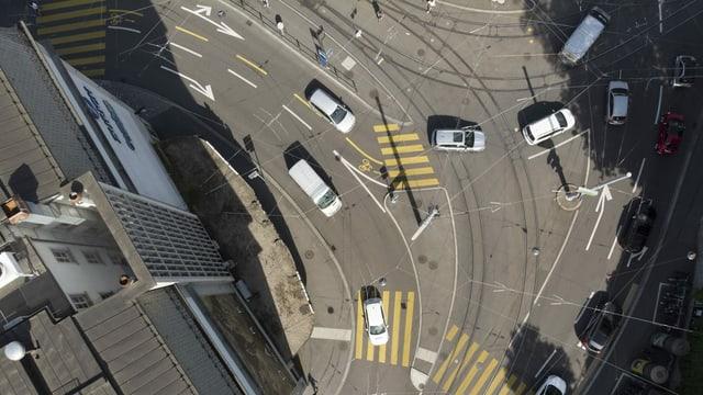 Die Kreuzung beim Zürcher Central ist von oben zu sehen, Autos und Fussgänger auch.