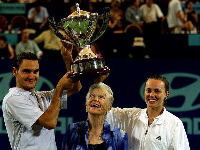 Lucy Hopman 2001 mit Roger Federer und Martina Hingis.