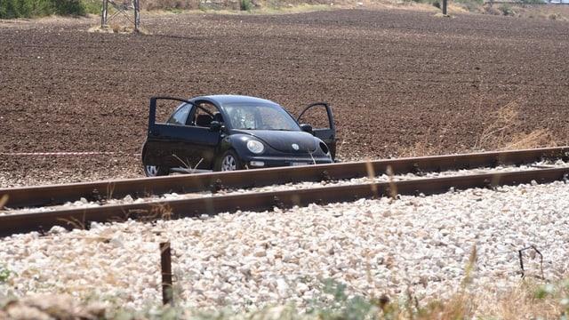 VW steht an Geleisen mit durchlöcherter Windschutzscheibe