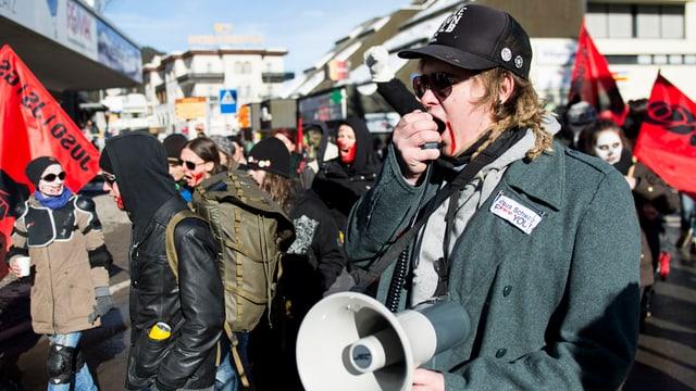 Ein Demonstrant am WEF in Davos.