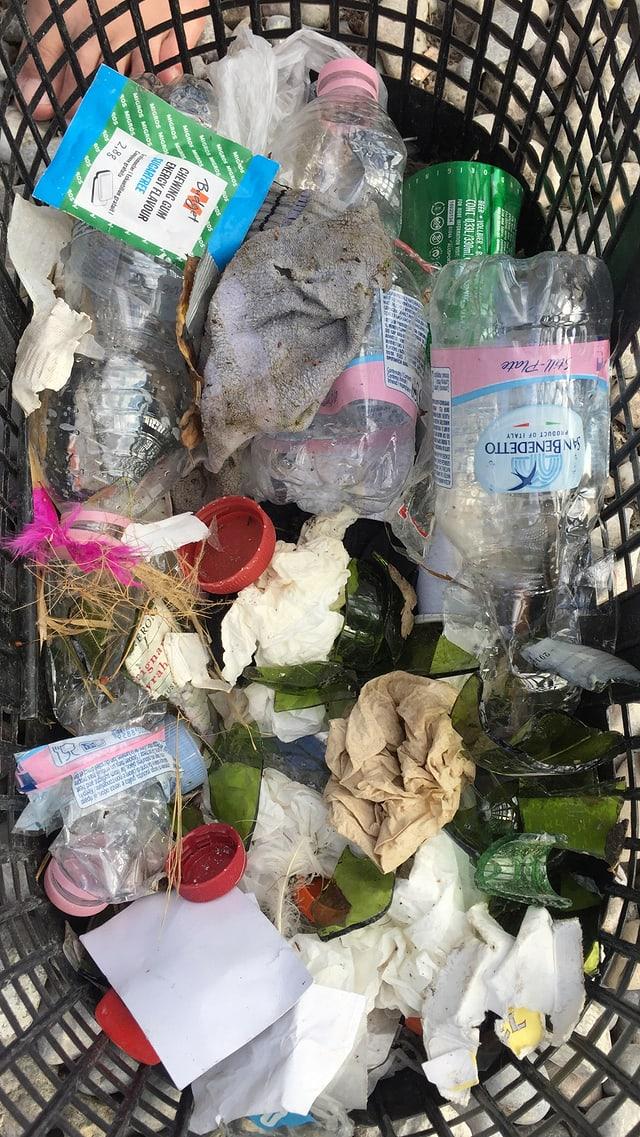 Abfall der Street Parade in einem Plastikkorb