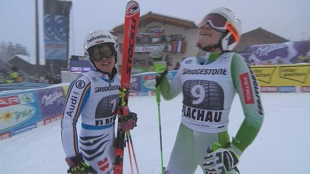 Viktoria Rebensburg und Ana Drev feiern sich im Ziel.