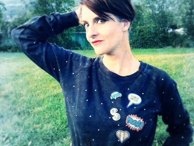 Ursula Schubiger mir Pulli mit Sticker wie Phoaw und I like to know
