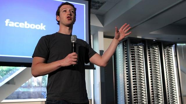 Facebook-Chef Mark Zuckerberg hält eine Rede, hinter ihm stehen Server.