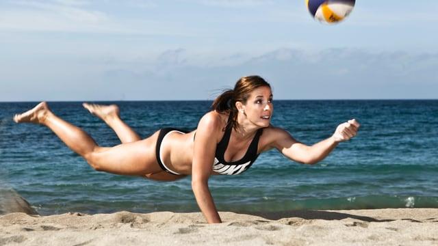 Isabelle Forrer wirft sich in den Sand, um einen Ball zu spielen.