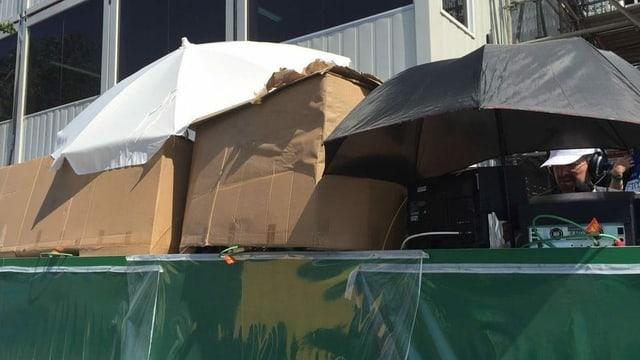 Claude Jaggi und Sven Montgomery schützen ihr Equipment mit einer Kartonkonstruktion in Rio 2016 vor der Sonne.