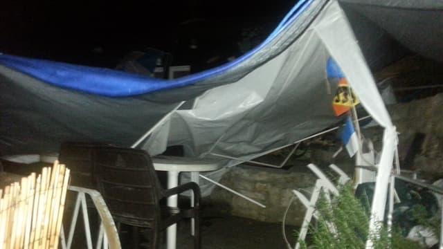 Ein Zelt wird in Buckten umgerissen.