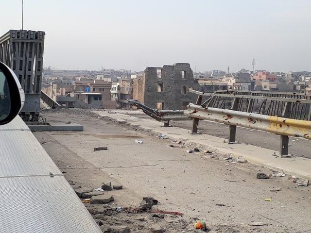 Eine der beschädigten Brücken von Ost- nach Westmossul