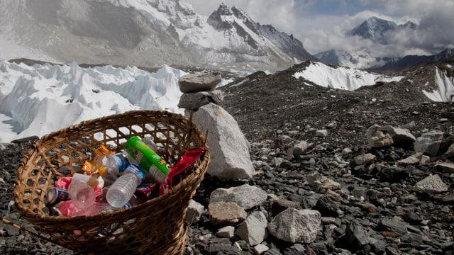 Gesammelter Abfall in einem Basislager des Mount Everest