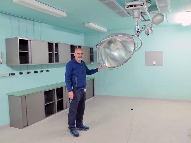 Urs Rutishauser zeigt den letzten noch einigermassen erhaltenen Operationssaal im unterirdischen Notspital.