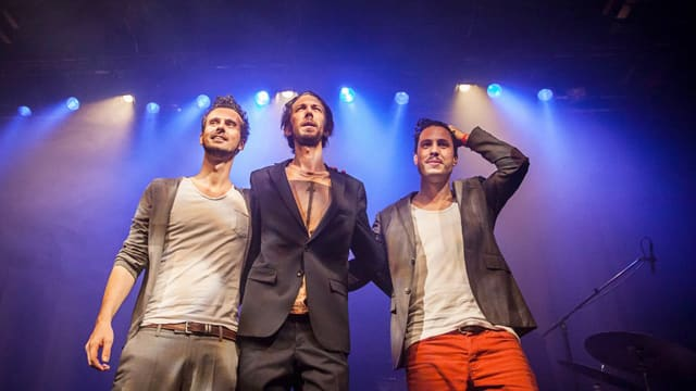 Drei Musiker stehen auf der Bühne.