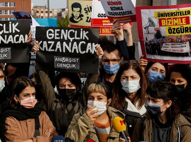 Demonstrantinnen und Demonstranten der Bosporus-Universität