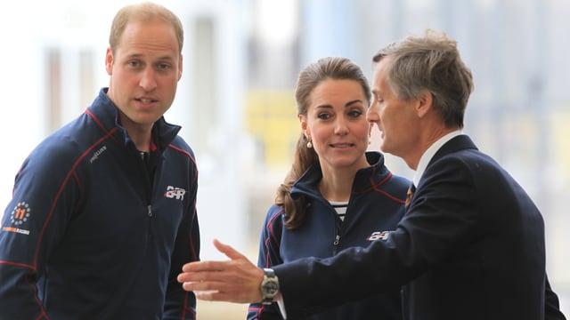 Links Prinz William und rechts Herzogin Kate in dunkelblauen Fleece-Jakcen.