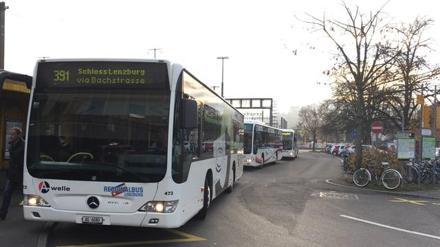 Öffentliche Busse in einer Reihe vor dem Bahnhof Lenzburg