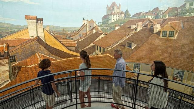 Leute besichtigen Thun-Panorama