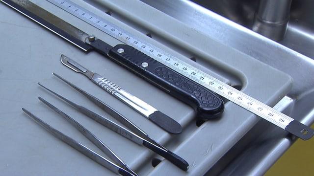 Obduktionstisch mit Messer.