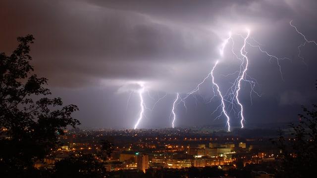 Zahlreiche Blitze schlagen gleichzeitig ein.