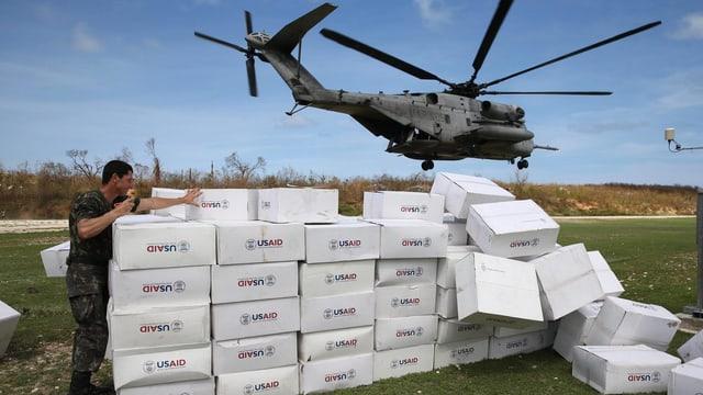 Ein Helikopter hat USAid-Pakete entladen.