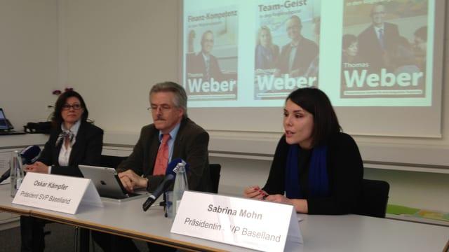 Christine Frey (FDP), Oskar Kämpfer (SVP) und Sabrina Mohn (CVP) sprechen am Tisch mit Medien.