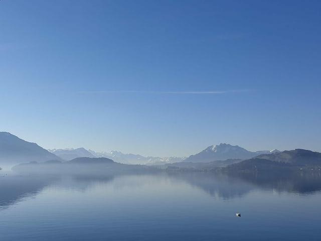 Blick über See, blauer Himmel.