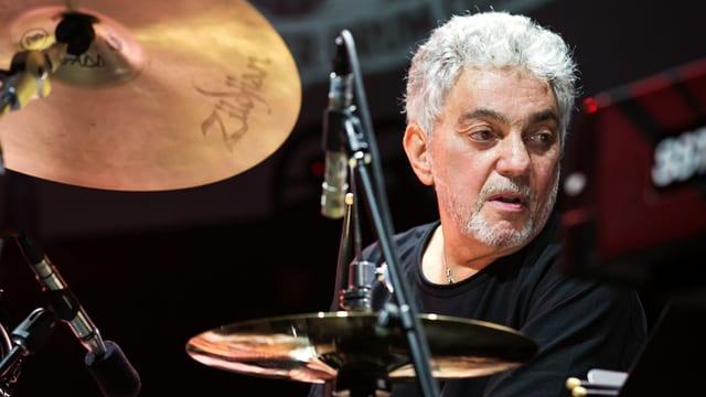 Gadd mit konzentriertem Blick am Schlagzeug.