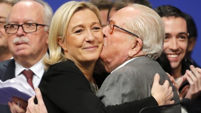 Jean-Marie Le Pen küsst seine Tochter Marine.