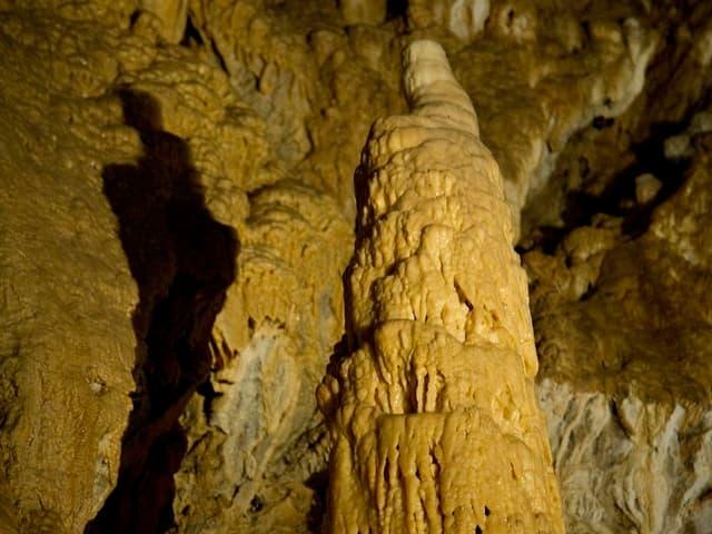 Stalagmit in den Tropfsteinhöhlen von Vallorbe.