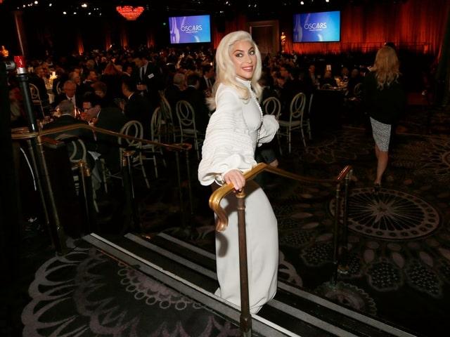 Lady Gaga in einem weissen Abendkleid.