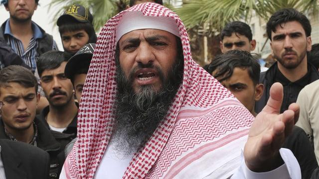 Abu Sajjaf spricht vor Anhängern. (reuters)