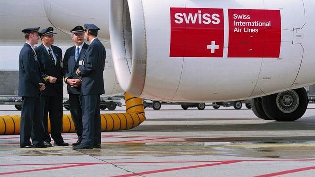 Pilots da la Swiss avant in aviun sin la plazza aviatica a Kloten.