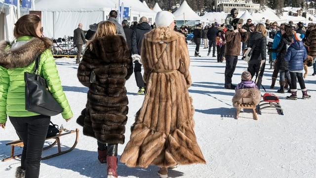 Benerzte Frauen im Schnee