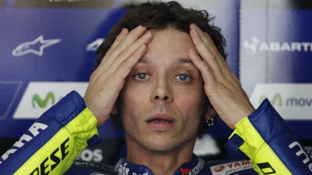 Valentino Rossi rauft sich die Haare
