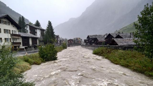 Reissender Fluss quer durch die Gemeinde Vals.