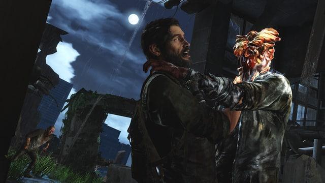 Ein Pilzmutant packt Joel am Hals.