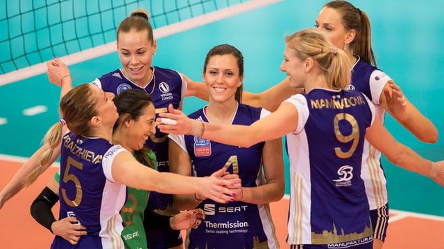 Bojana Zivkovic (m.) und ihre Teamkolleginnen jubeln.