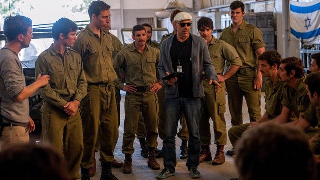 Der 50-jährige brasilianische Regisseur Padilha José instruiert seine Nebendarsteller auf dem Set.