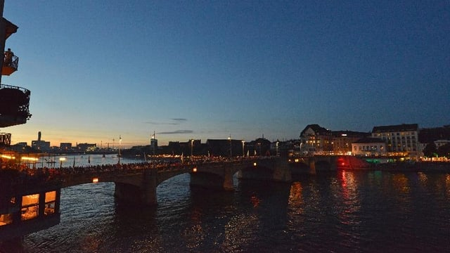 Mittlere Brücke voller Menschen