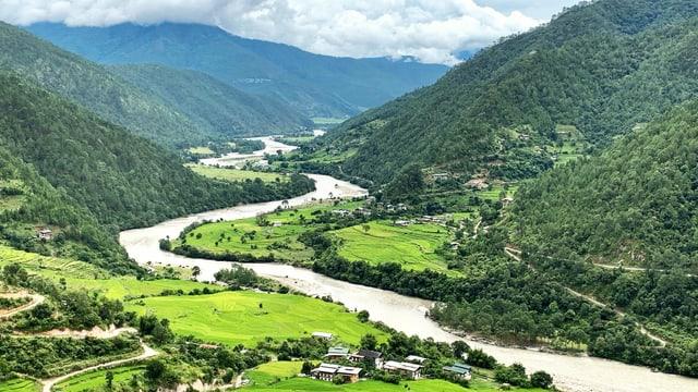 Fluss in einer gebirgigen, grünen andschaft