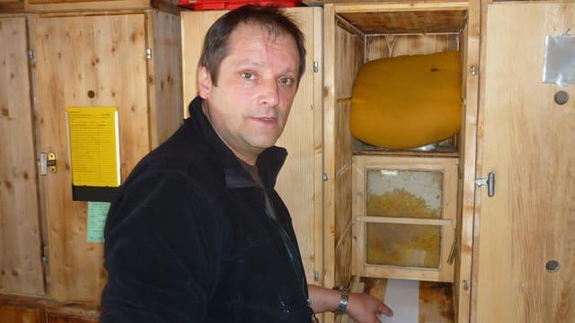 L'inspectur d'avieuls da la Cadi ed apicultur Raymond Schnoz da Mustér en ses aviuler.
