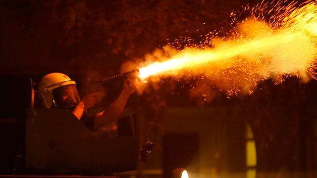 Feuerstrahl beim Schuss eines Polizisten