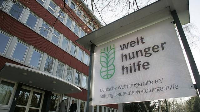 Purtret dal logo da la «Welthungerhilfe» sin ina tabla avant la sedia en Germania.