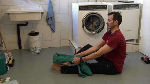 Adriano zeigt eine Übung in der Waschküche