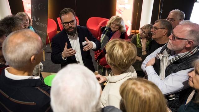 Russland-Korrespondent David Nauer beantwortet, umringt von Besucherinnen und Besuchern, zahlreiche Fragen.