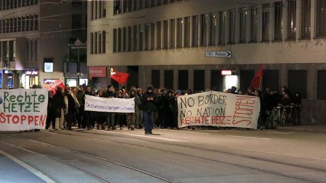 Menschenmenge marschiert mit Transparenten in der Hand