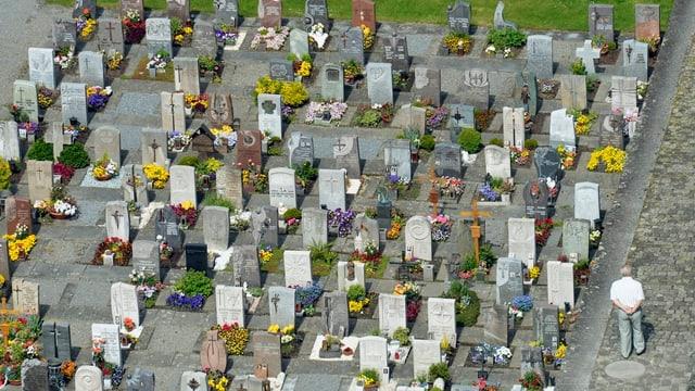 Aufnahme des Friedhofs von Altdorf/UR vom Kirchturm aus.