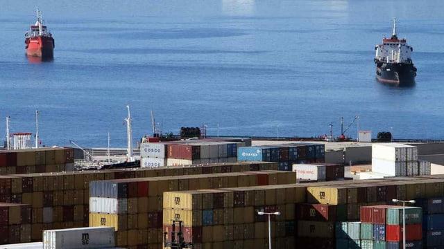 Container liegen am Hafen von Piraeus, nähe Athen, bereit zum Transport.
