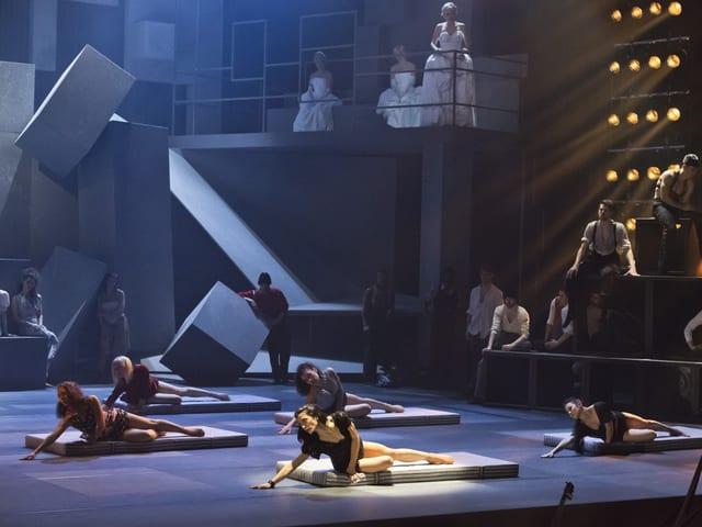 Tänzerinnen des Theater Basels räckeln sich auf Bettmatrazen auf dem Boden.