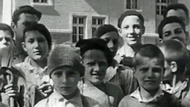Schwar-weiss-Foto von mehreren Kindern