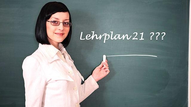 Eine Lehrerin steht vor einer Tafel und unterstreicht eben den Begriff «Lehrplan 21».